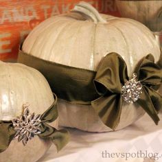 Once Halloween is over, you can paint your real pumpkins and add a touch of bling to create elegant pumpkins for Thanksgiving. Why toss all of those orange pumpkins? Add a little paint, ribbon and some sparkle to create something beautiful. Hanging Centerpiece, Pumpkin Centerpieces, Centerpiece Ideas, Outdoor Thanksgiving, Thanksgiving Decorations, Thanksgiving Games, Halloween Decorations, Autumn Decorating, Pumpkin Decorating