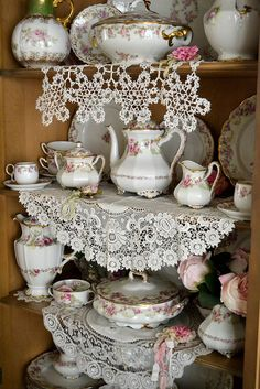 muebles vintage shabby chic # muebles vintage shabby chic # home decoration # haus dekoration Cocina Shabby Chic, Shabby Chic Kitchen, Vintage Dishes, Vintage China, Vintage Shabby Chic, Shabby Chic Decor, Decoration Shabby, Pot Pourri, Linens And Lace