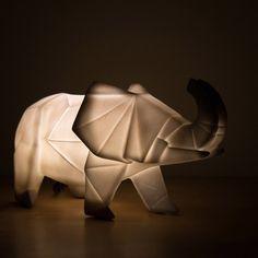 Ces lampes s'inspirent de l'art japonais de l'origami pour éclairer les chambres des roupilleurs.4 modèles disponibles : - Le tyrex - Le diplodocus - Le tricératops - L'éléphant