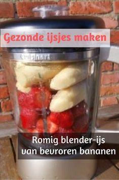 Blender-kan met bevroren bananen en verse aardbeien om gezond ijs te maken