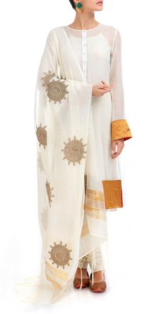 Love the sun pattern in dupatta Simplicity = elegance. This white and gold chanderi cotton kurta outfit by Anamika Khanna is beautiful defined. Perfect for summer. #fashion