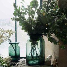 Un vase vert grand format pour fleurir votre déco avec un bouquet d'eucalpytus, plante phare de la déco kinfolk