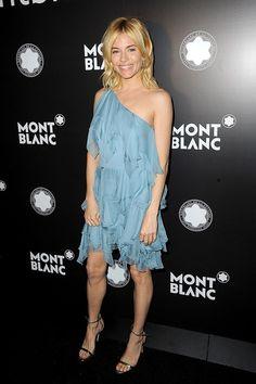 Sienna Miller en robe Saint Laurent par Hedi Slimane à la soirée Mont Blanc à New York http://www.vogue.fr/mode/inspirations/diaporama/les-meilleurs-looks-de-la-semaine-novembre-2016-clbrits-red-carpet/23643#sienna-miller-en-robe-saint-laurent-par-hedi-slimane-la-soire-mont-blanc-new-york
