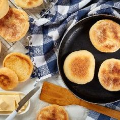 Domowe kajzerki jak z piekarni: łatwy przepis na pyszne bułki - Beszamel.se.pl Iron Pan, Granola, Cornbread, Rolls, Ethnic Recipes, Food, Buns, Millet Bread, Essen