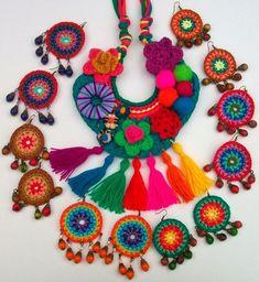 Brincos coloridos Crochet Motifs, Knit Crochet, Crochet Patterns, Knitting Patterns, Textile Jewelry, Fabric Jewelry, Lace Necklace, Crochet Necklace, Crochet Accessories