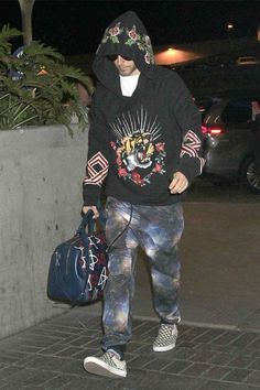 Jared Leto wearing Vans Classic Slip-on in Black and White Checker, Carrera Sunglasses in Matte Black, Gucci Resort 2017 Trevor Andrew/Gucci Ghost Carryall and Gucci Cruise 2017 Embroidered Hooded Sweatshirt Gucci Fashion, Star Fashion, Urban Fashion, Thirty Seconds To Mars, 30 Seconds, Gucci Hoodie, Unique Hoodies, Outfit Grid, Best Mens Fashion