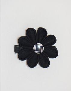 Une magnifique fleur noire avec un bouton graphique à cliper dans les cheveux ou sur l'encolure d'une robe.