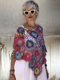 Tacho Poncho Ravelry: Poncho La Tata pattern by Lola & Punto Always aspired to learn how to knit, yet undecided where to start? Débardeurs Au Crochet, Moda Crochet, Freeform Crochet, Crochet Shawl, Free Crochet, Crochet Scarves, Crochet Clothes, Vetement Hippie Chic, Knit Baby Dress