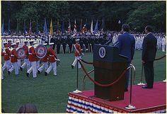 La foto nos muestra al Presidente Nixon y al Presidente de México revisando las tropas en los Estados Unidos en los predios de la Casa Blanca. 15/06/1972  Identificador de los Archivos Nacionales: 194436