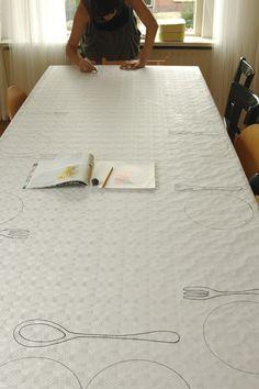 Borden op het papieren tafelkleed tekenen. Idee kinderfeestje. / Drawing plates on the table-cover. Idea birthday-party.