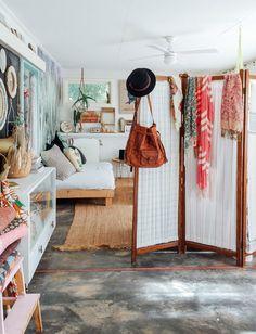 transformons ce salon : avec une belle banquette / daybed chargée de coussins colorés...