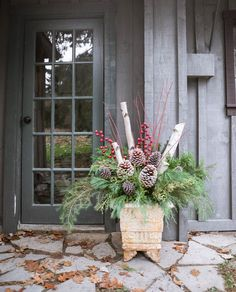 How to Make Outdoor Christmas Planters using Evergreen Boughs – Threads & Blooms - Nägel Inspiration Evergreen Planters, Outdoor Christmas Planters, Christmas Urns, Outdoor Planters, Outdoor Christmas Decorations, Flower Decorations, Christmas Holidays, Christmas Wreaths, Christmas Crafts