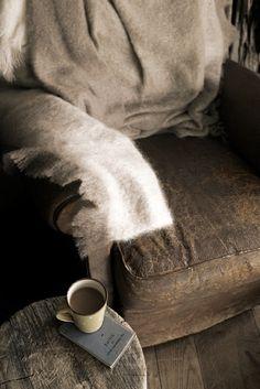 """Let's get comfy in cashmere! Wenn die Tage wieder kühler werden, dann heißt es wrap me up, aber bitte nur in der schönsten coat couture.  Just stiched und in spun in luxe – ganz nach deinem Geschmack? Im Herbst gilt für alle essienistas: """"all eyes on nude(s)""""!"""