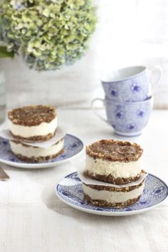 No bake vegan cheesecake cookie sandwiches (Vegan and Raw.) scroll down for English recipe. A beautiful walnut biscuit with a creamy cashew and lemon cheesecake filling. Perfect for afternoon tea.
