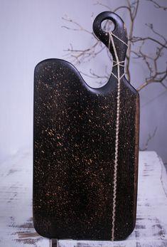 Lungime - 55 cm,Lăţime - 27 cm,Suprafaţă lucru - 35-25 cm,Greutate - 1,8 kg,Grosime - 2,5 cm  Culoare – Negru splatter   Finisaj -  procedeu natural cu ulei din nuci şi ceară de albine  Esenţă lemn- Stejar   Colecție - Golden Rain  Mester- Constantin Toderau