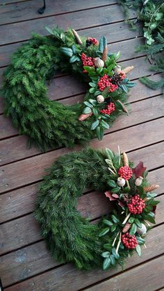 Beautiful memorial decorations for Christmas - 17 ideas: Just a few twigs and instead of artificial wreaths you have such beauty! Diy Christmas Videos, Christmas Home, Christmas Holidays, Christmas Crafts, Christmas Gift Decorations, Holiday Decor, Natal Natural, Cemetery Decorations, Xmas Wreaths