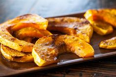 La zucca al forno è un piatto leggero, gustoso, facilissimo da preparare e sano. Questa ricetta è ideale per accompagnare un secondo piatto oppure servita da sola.