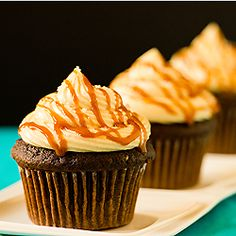 These decadent cupcakes are an easier version of the Sky-High Salted Caramel Chocolate Cake. Chocolate Fudge Cupcakes with Salted Caramel Frosting . Just Desserts, Delicious Desserts, Dessert Recipes, Yummy Food, Cupcake Creme, Salted Caramel Frosting, Salted Caramels, Caramel Buttercream, Buttercream Frosting