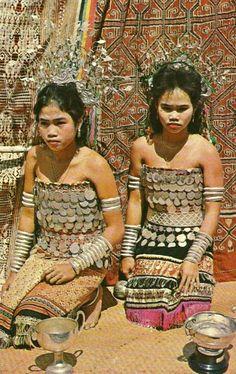 2 Dayak Maidens Girls Coin Costume Sarawak Borneo Malaysia - The most beautiful . - 2 Dayak Maidens Girls Coin Costume Sarawak Borneo Malaysia – The most beautiful image for bac - Most Beautiful Images, Beautiful People, Leg Tattoos Women, Tribal Tattoos, Thai Tattoo, Maori Tattoos, Folk Costume, Costumes, Blackwork