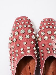Put your fashionable foot forward with Free People shoes that are perfect for every occasion. Shop Free People shoes online and stay on trend year-round. Pink Fashion, Fashion Over, Style Fashion, Older Women Fashion, Womens Fashion, Sneakers Fashion, Fashion Shoes, Shoe Art, Fall Shoes