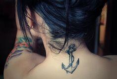 Anchor tattoo dietro il collo