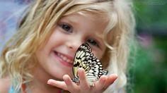 A borboleta ficou inerte e o meu coração parou. Eu acabara de destruir, por descuido, uma beleza que me aprisionava os olhos.