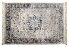 Maskinvävd viskosmatta med frans och traditionellt mönster. Detta är en vacker matta för såväl det moderna som traditionella hemmet. Mattan har en vacker lyster som ändrar sig beroende på hur ljuset faller i rummet eftersom luggen består av viskos, ett material som påminner om silke som ger en väldigt mjuk och skön matta. Varpen i mattan är tillverkad av bomull vilket gör den stabil och slitstark. Komplettera gärna med ett mattunderlägg så håller mattan sig still. Endast kemtvätt.