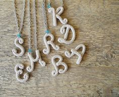 Monograma collar de ganchillo ganchillo inicial collar Crochet Letters, Crochet Alphabet, Hippie Bracelets, Tassel Bracelet, Monogram Necklace, Wire Crafts, Crochet Purses, Crochet Accessories, Crochet Flowers