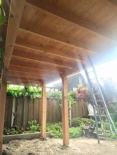 douglas houten veranda die gemonteerd wordt in Haaksbergen.jpg