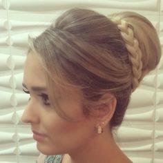 Já comentei por aqui que um dos perfis do Instagram que mais gosto de seguir é o da Janaína Mendes. São tantos penteados lindos para madrinh...