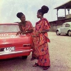 The very famous #jamesbarnor shot of two beautiful African women clothed in Kente! How nice is this!  Courtesy: @ghanalegacy  #leadersofafrica