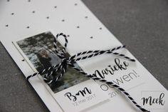 Trouwkaart zwart/wit met lieve hartjes.
