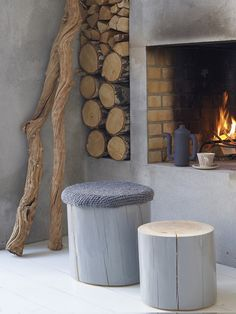 Open haard beton look - Woontrendz I love the icy gray, the raw wood, and the warmth of the fire. Log Stools, Wooden Stools, Rustic Stools, Tree Stump Table, Tree Stumps, Tree Logs, Home Fireplace, Fireplaces, Fireplace Modern