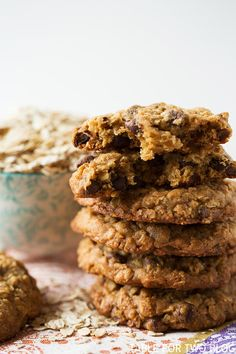 The chewiest and slightly crisp honey oatmeal chocolate chip cookies! Add turmeric, black pepper and ginger. Just Desserts, Delicious Desserts, Yummy Food, Sweet Desserts, Yummy Yummy, Delish, Healthy Food, Baking Recipes, Cookie Recipes