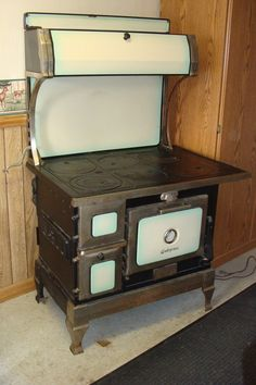 Antique No. 40 Marvel 131 Cast Iron Stove The Wehrle Co. Antique Kitchen Stoves, Antique Wood Stove, How To Antique Wood, Vintage Kitchen, Wood Burning Cook Stove, Wood Stove Cooking, What's Cooking, Old Stove, Stove Oven