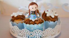 Cupcakes personalizados no tema Frozen. Mais foto AQUI: http://mamaepratica.com.br/2015/07/03/doces-personalizados-frozen  Foto: blog Mamãe Prática Doces: Cup and Cakes  #Frozen #Anna #flocosdeneve #cupcake #festa #festainfanti