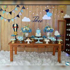 Amamos temas originais! Balões escolhido pela mamãe para o chá de bebê do Theo, decorado com elementos vintage, a festa ficou incrivelmente fofa e atrativa. O painel foi enfeitado com balões, nuvens, bandeirolas, e lindas luzes que estão super em alta!!! Arranjos de flores naturais e doces lindamente decorados. Ficou um arraso!  #chadebebe #chadefraldas #babyshower #chademenino #chadebebemenino #festainfantil #partydecor #festabalao #festabaloes #decoracaobaloes #chadebebebaloes #decorac...