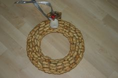 Wreath of cane covered with peanuts, small decoration so it's nice to see. Delicious for the birds!