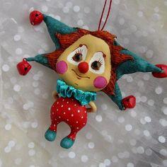 Помните показывала нарисованного клоунчика, вот такой он вышел, не по эскизу совсем, а за спиной так же держит тюльпан. Отправился на мартовский artflection в Москву, будет поздравлять всех женщин 5 и 6.  #artflection #клоун #папье_маше #игрушка #висюлька