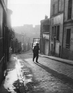 Willy Ronis Le vitrier, 24, rue Laurence Savart, Ménilmontant, Paris 1948