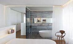 Kőburkolatos fürdőszoba és ovális fürdőkád