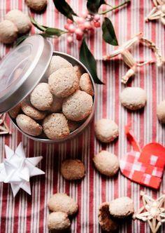 Danish christmas peppered cookies. Krydrede sprøde pebernødder med perlesukker