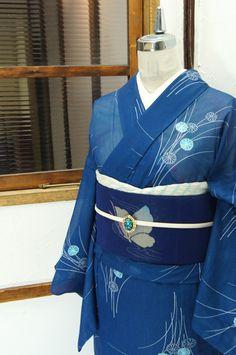 スモークがかった青の地に、ふわりと浮かび上がるように染め出された菊花文様が涼やかな詩情をさそう絽の夏着物です。 #kimono