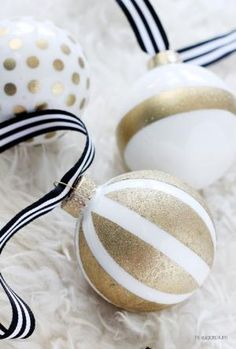 25 easy DIYs for your Christmas tree from DIY tree skirts, to ornaments, tree toppers and more.: DIY Gold And White Ornaments