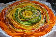 Pour la tarte fleur il faut un bon économe pour réaliser des lamelles de courgettes vertes et jaunes, carottes et quelques tranches de jambon de parme.
