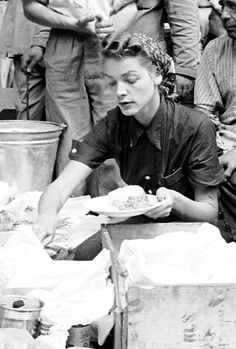 Lauren Bacall serving herself some food on the set of The African Queen, Congo, Hollywood Glamour, Old Hollywood, Classic Hollywood, Classic Actresses, Actors & Actresses, Young Movie, Bogie And Bacall, Old Fashioned Love, Stars