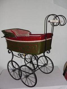 Antieke kinderwagen met smeedijzeren onderstel en houten han