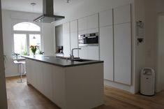 Nieburg - Mattweisse große Küche mit Insel im sanierten Altbau
