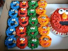 Elmo smash cake with Sesame Street cupcakes - This was a Elmo smash cake with Cookie monster, Oscar, Zoe and Elmo cupcakes Fondant mouths and buttercream Kids Birthday Cupcakes, Elmo Cupcakes, Monster Birthday Parties, Elmo Party, Elmo Birthday, Birthday Ideas, August Birthday, Birthday Cake, Sesame Street Cupcakes