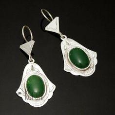 Boucles d'oreilles touareg argent petite main de fatma agate verte. Des bijoux ethniques éthiques chics.